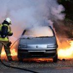 Fahrzeugbrand - Erfahren Sie hier, wie ein Fahrzeugbrand entsteht und wie Sie mit Bonpet Systems einen Fahrzeugbrand löschen können. löschen einen Autobrand